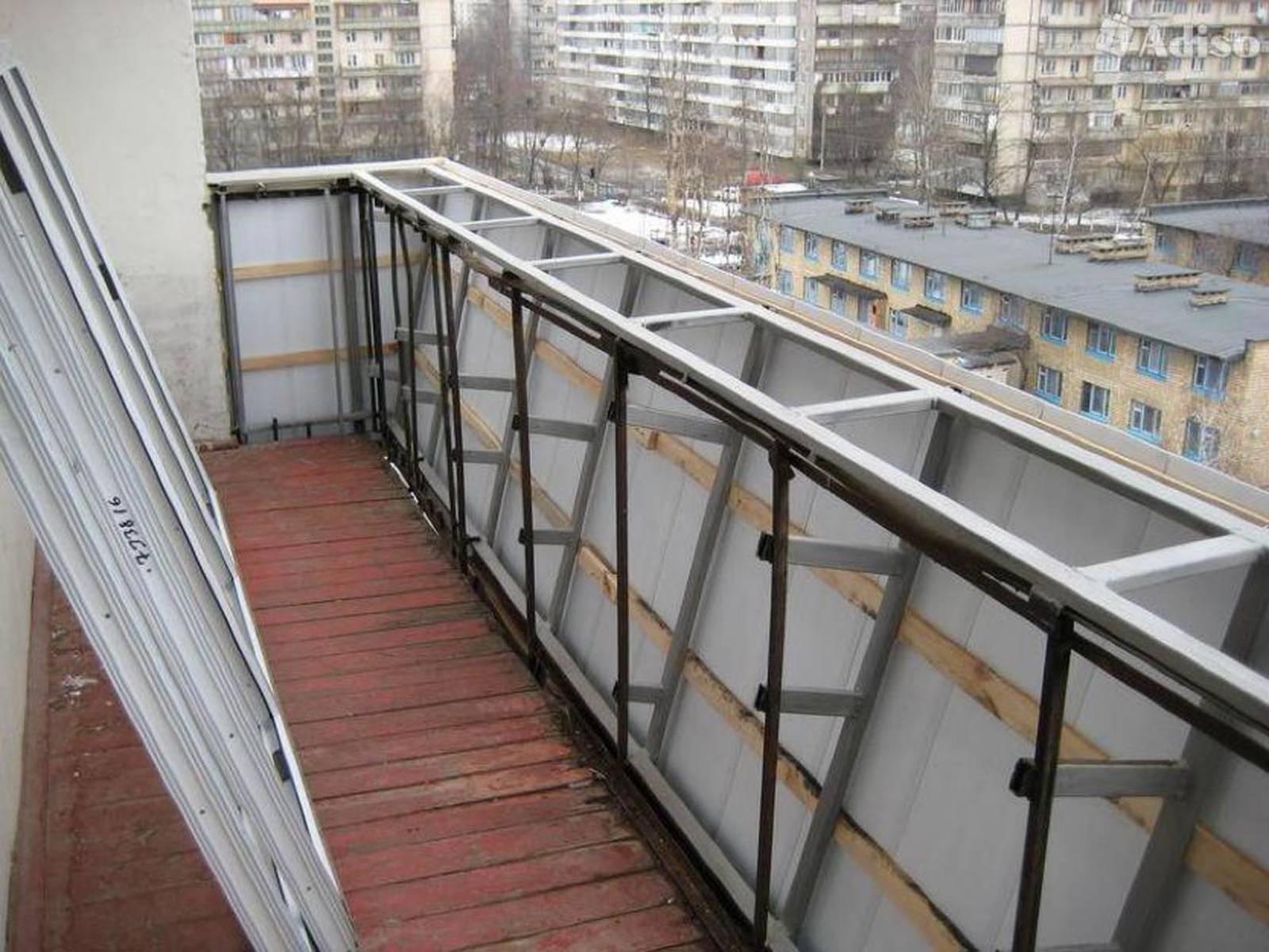 Остекление балконов с металическим парапетом.